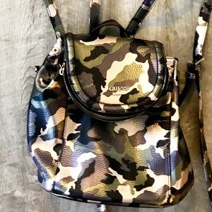 Guess backpack camouflage like new !!